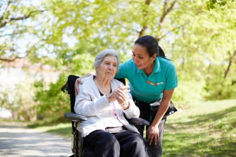 Medarbetare som arbetar med äldreomsorg hos Kavat Vård.